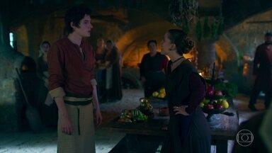 Lucíola espalha a notícia que Catarina está grávida - A novidade se espalha rapidamente na cozinha