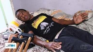 Homem espera cirurgia há cinco meses em Goiás - Segundo hospital, operação para retirada de pinos na bacia foi marcada.