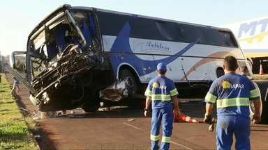 Motorista de ônibus morre em acidente em Marialva - 25 passageiros estavam no ônibus.