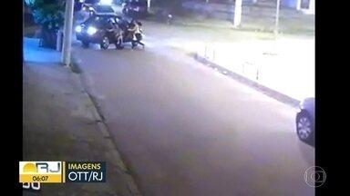 Bandidos roubam carro e atropelam motorista na fuga, em Cordovil - Um assalto quase terminou em tragédia em Cordovil, na Zona Norte. Bandidos roubaram um carro e atropelaram o motorista na fuga. Os criminosos mal deram tempo para quem estava no carro sair.
