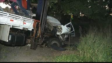 Acidente entre dois caminhões deixa motorista ferido e preso às ferragens, na Paraíba - Um dos veículos ficou destruído e motorista foi encaminhado ao Hospital de Trauma, em João Pessoa.