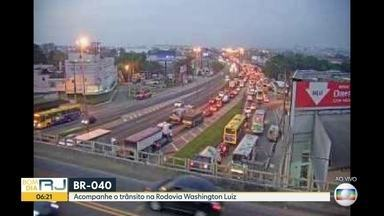 Trânsito lento na Rodovia Washington Luiz - O Radar faz um giro nas principais visa expressas do Rio. O tráfego está pesado no início da manhã desta sexta-feira (6).