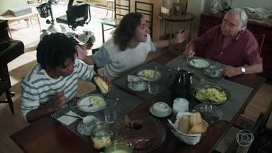 Garoto comenta com Heitor e Tito que recebeu uma ligação de Davi - Todos se animam com a possibilidade de Garoto voltar a gravar