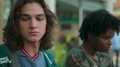 Roberto apoia Gabriela - Gabriela confessa ao pai que se sente culpada com a situação da família e os problemas da Alex