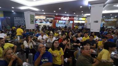 Torcedores se reúnem em shopping de Foz para torcer pela seleção brasileira - Eles levaram até a taça do mundo.