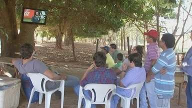 Moradores da zona rural de Orindiúva improvisam televisão para acompanhar jogo do Brasil - Os moradores da zona rural de Orindiúva improvisara, nesta sexta-feira (6), uma televisão para acompanhar o jogo do Brasil contra a Bélgica na Copa do Mundo.
