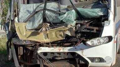 Várias pessoas ficam feridas após ônibus bater na traseira de caminhão em MS - Acidente foi na BR-262, na região de Terenos.