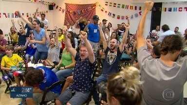 Franceses celebram no Recife classificação para semifinal da Copa do Mundo - Torcedores se reuniram na Aliança Francesa.