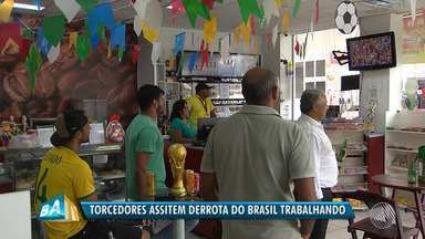 Copa do Mundo: baianos se viram para conciliar trabalho e torcida em dia de jogo do Brasil - Muita gente assistiu à derrota da Seleção Brasileira para a Bélgica durante o expediente.