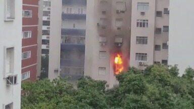Incêndio atinge três apartamentos de prédio em Santos - Fogo começou no terceiro andar de edifício no bairro Gonzaga, e se propagou para o quarto e quinto andar. Três pessoas inalaram fumaça.