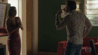 Remy ameaça Karola com vídeo íntimo - Karola desiste da fuga por conta de Beto, mas não imaginava que a chantagem de Remy seria tão pesada