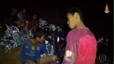 Aumenta a pressa pelo resgate do time de futebol infantil preso numa caverna na Tailândia - Além das fortes chuvas esperadas para o final de semana, a quantidade de ar no interior da caverna está diminuindo.