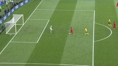 Sterling recebe na cara do goleiro, mas perde o gol, aos 43' do 1ºT - Sterling recebe na cara do goleiro, mas perde o gol, aos 43' do 1ºT.