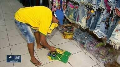 Comerciantes amargam prejuízo com eliminação do Brasil da Copa do Mundo - Neste sábado, foi preciso mexer na vitrine e guardar produtos.