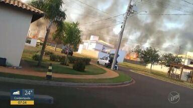 Incêndio atinge matagal em Rio das Pedras - Chamas chegaram perto de casas.