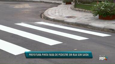 Prefeitura pinta faixa de pedestre em rua sem saída - O vídeo foi enviado por um morador do bairro.