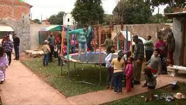 Projeto que leva brincadeiras a crianças da Vila Borges completa dez anos - Uma vez por semana elas participam das atividades.