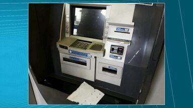 Trio é preso por aplicar golpes a clientes em caixas eletrônicos em Castro - As prisões foram no sábado (07). As três pessoas instalavam um equipamento para impedir o cliente de retirar o cartão do caixa eletrônico.
