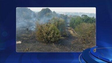 Incêndio em terreno atinge casa e assusta moradores em bairro de Bauru - Um incêndio em um terreno no Jardim Flórida em Bauru (SP) assustou alguns moradores no domingo (8) à tarde.