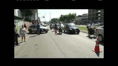 Mulher de 41 anos morre em acidente entre moto e caminhão em Ipatinga - ítima estava em uma motocicleta e segundo testemunhas, tentou ultrapassar o caminhão pela direita; Samu esteve no local e constatou o óbito.