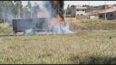Caminhão pega fogo no centro de Cajuru, SP - O incêndio foi por volta das 12h, nesta segunda-feira (09) e destruiu o veículo.
