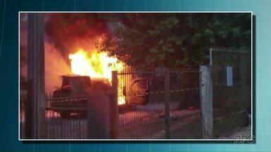 Carro pega fogo no centro de Foz - Motorista não se feriu.