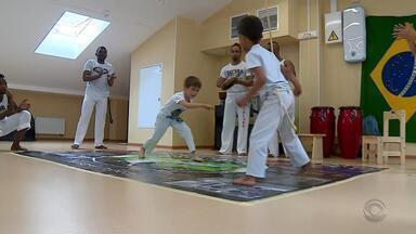 Na Rússia, brasileiros ensinam capoeira em escolas - Assista ao vídeo.