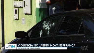 Motorista é morto a tiros dentro de carro após comprar ração, em Goiânia - Segundo testemunhas, atirador parou ao lado do veículo de Elvis Presley de Jesus e atirou várias vezes, em seguida fugiu. Parentes não sabem o que pode ter motivado o crime.