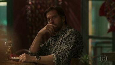 Remy observa Luzia - Malandro vai ao restaurante de Cacau e fica de olho nas duas