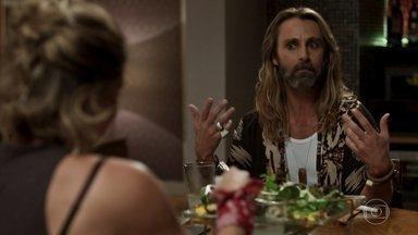Groa incentiva Luzia a dar uma chance ao homem que ela conheceu - Ele afirma que a amiga precisa esquecer Beto