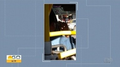 Motorista do Eixo Anhanguera é flagrado falando ao celular enquando dirigia, em Goiânia - Foto foi feita por uma passageira.