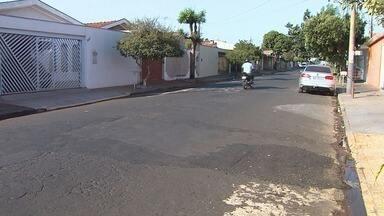 Prefeitura de Ribeirão Preto conserta asfalto no Quintino Facci I em Ribeirão Preto - Buraco foi aberto depois que ônibus urbano passou pelo trecho em abril.