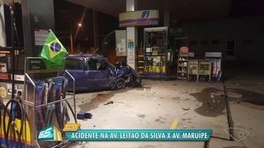 Acidente envolvendo dois carros deixa feridos em Vitória - Segundo testemunhas, motorista de um carro avançou o sinal e atingiu outro veículo, uma Parati. Acidente aconteceu por volta de 1h desta terça-feira (10).