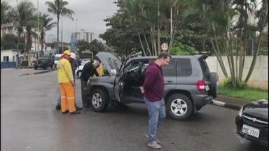 Balsa fica descontrolada em Santos, bate em atracadouro e veículos colidem - Acidente ocorreu, por volta das 9h30, em Santos. Ninguém ficou ferido.