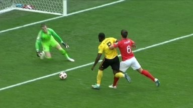 Lukaku recebe de Hazard, mas se enrola e não consegue finalizar aos 16 do 1º tempo - Lukaku recebe de Hazard, mas se enrola e não consegue finalizar aos 16 do 1º tempo