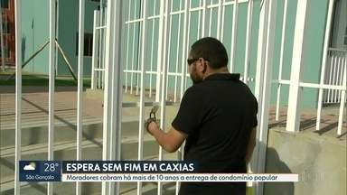 Moradores cobram há mais de 10 anos a entrega de um condomínio popular - Prefeitura de Duque de Caxias inaugurou obra, mas ninguém está morando lá.