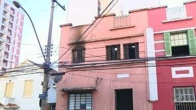 Vídeo mostra incêndio em pensão no centro de Campinas - Quarto do prédio, que fica na Rua Onze de Agosto, foi atingido pelas chamas. Não houve vítimas.