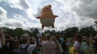 Donald Trump enfrenta o terceiro dia de protestos em visita ao Reino Unido - Na Escócia, milhares de pessoas foram as ruas e voltaram a inflar o balão gigante de Trump bebê em protesto contra a presença do presidente americano no país.
