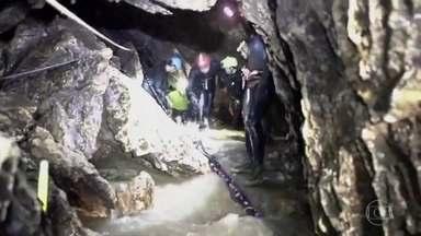 Comando da operação revela passo a passo para retirar meninos de caverna - Os 12 adolescentes e o técnico resgatados no norte da Tailândia prestaram homenagearam ao mergulhador que morreu durante missão de salvamento.