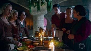 Prisão de Catarina é assunto na cozinha do reino - Eles falam sobre a prisão, os crimes e a gravidez da rainha condenada