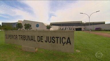 STJ desiste de examinar pedido da PGR sobre habeas corpus de Lula - A PGR queria que eventuais ordens de soltura do ex-presidente Lula só fossem executadas com aval do STJ. Mas a presidente Laurita Vaz avaliou que o pedido não fazia mais sentido, porque a competência já tinha sido definida pelo presidente do TRF-4.