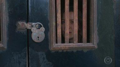 Elisabeta e Venâncio são presos - O delegado encontra os mesmos explosivos usados para explodir a fábrica