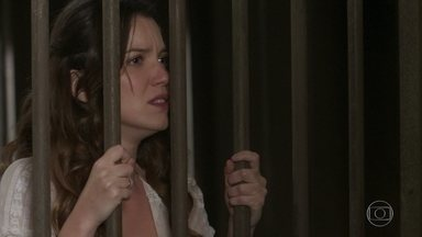 Elisabeta tenta se defender ao chegar na delegacia - A filha de Felisberto é ignorada pelo delegado e é colocada dentro da cela
