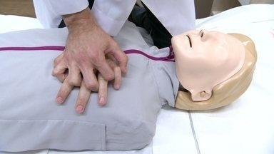 """Música do Barão Vermelho tem batida ideal para ensinar massagem cardíaca - """"Meus Bons Amigos"""", do Barão Vermelho, foi a música escolhida para ajudar a ensinar a técnica simples que pode salvar vidas."""