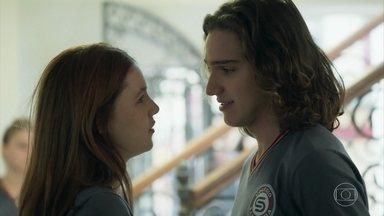Tito e Flora pensam no relacionamento deles - Os dois relembram início do namoro