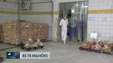 TCE aponta irregularidades em contratos de empresa que distribui merenda escolar no Recife - Empresa Casa de Farinha teria assumido, sem licitação, lotes de refeição que eram de outras empresas.