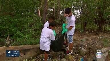Voluntários recolhem resíduos em rio no Dia Mundial de Proteção aos Manguezais - Na programação, atividades de educação ambiental e de coleta solidária.