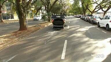 Idoso capota o carro na av. Bento Munhoz da Rocha Neto em Maringá - Ele fraturou o braço no acidente