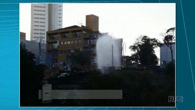 Telespectadora filma água jorrando de um rompimento de cano - O problema foi em uma obra, mas já foi resolvido.