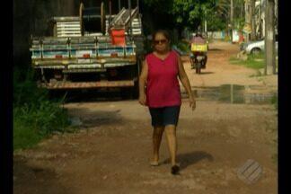 Moradores de passagem no Parque Verde reclamam da falta de saneamento - Moradores reclamam de buracos e lama da via.